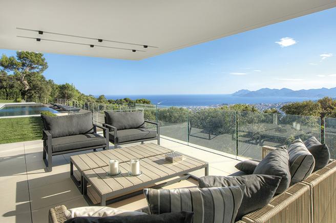 Offrant Une Vue Panoramique à 180° Sur La Baie De Cannes Et Les Collines De  Lu0027arrière Pays, Cette Villa Contemporaine Neuve, Est Sous Garantie Décennale .